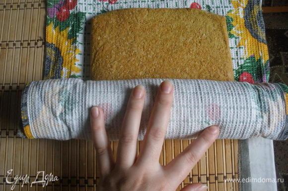 Готовый бисквит горячим опрокинуть на посыпанное сахаром полотенце и, удалив бумагу, свернуть в рулет. Дать полностью остыть.