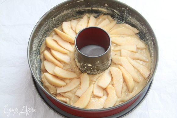 Форму для кекса смазать маслом, вылить тесто и выложить ломтики груш. Внимание! Не используйте разъемную форму — вытечет глазурь! Выпекать при температуре 180 в течение примерно 20 минут.