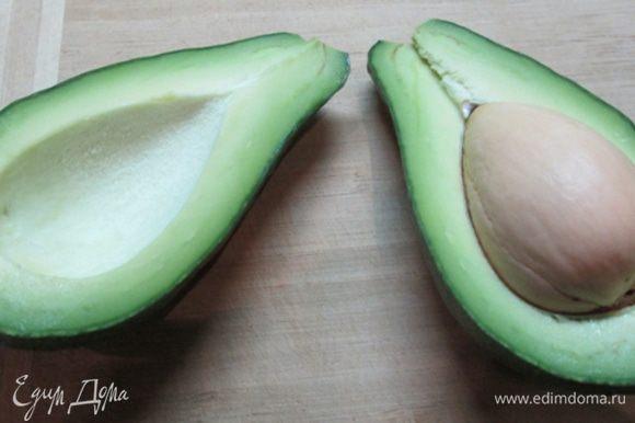 Авокадо разрезать пополам, очистить от кожуры, удалить косточку. Взвесить (у меня ушло 2/3 авокадо).