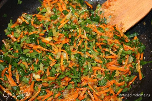 Лук, морковь и петрушку режем мелко и обжариваем (я бы сказала притушиваем) на слабом огне. Добавляем соль, перец по вкусу. Орехи порезать, но не мелко.
