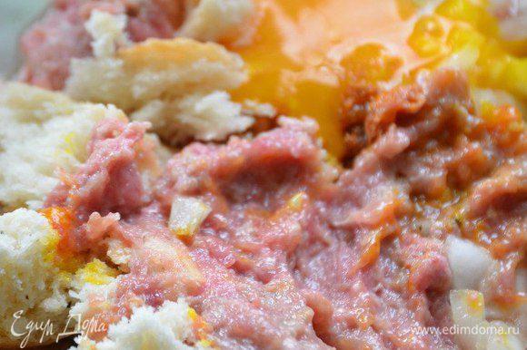 В фарш добавить 2 ломтика хлеба, картофель натертый на мелкой терке, яйцо, соль, перец, приправы к мясу по вкусу, хорошо перемешать