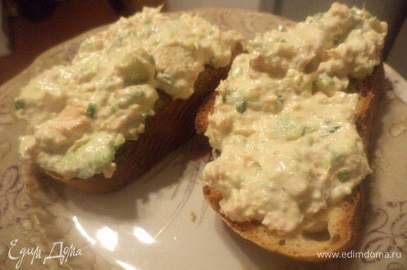 Батон нарезать ломтиками, слегка подсушить в духовке или в тостере. Выложить на ломтики хлеба бутербродную массу. Приятного аппетита!