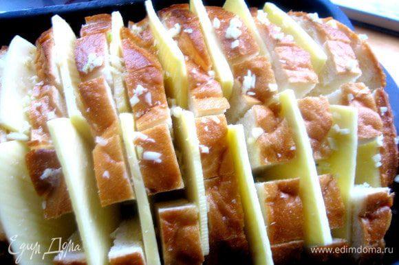 Опять раздвигаем ломтики и сыр и насыпаем везде чесночную крошку.