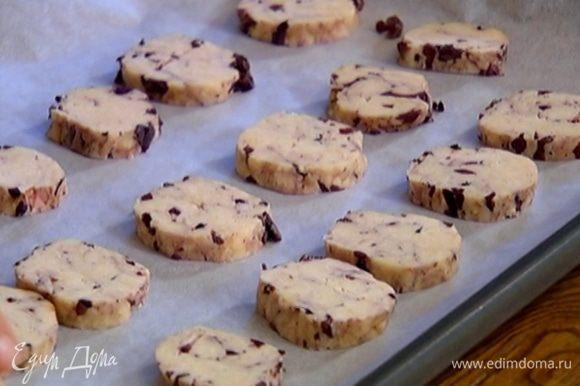 Противень выстелить бумагой для выпечки, выложить печенье и выпекать в разогретой духовке 7 минут.