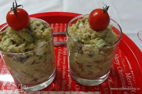 Смешать все ингредиенты салата, заправить майонезом и разложить по порционным бокалам. Перед подачей салат можно немного охладить в холодильнике.