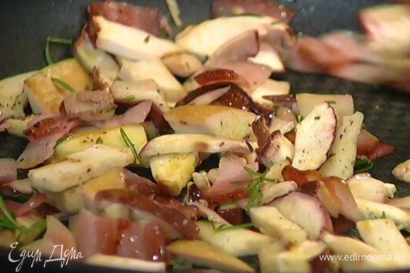 Грибы почистить, порезать маленькими кусочками, выложить в сковороду с беконом, посолить и поперчить.