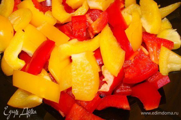 Перец красный и желтый порезать довольно крупными брусочками.