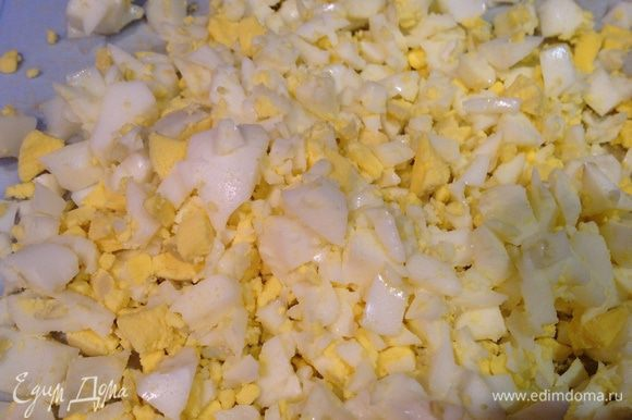 Варенные яйца, огурцы, зелень мелко нарезать. Разделить на две части.