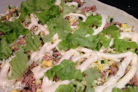 Лаваш развернуть, выложить яйца, огурцы, зелень, тунца. Полить майонезом. Сверху порвать листья салата.