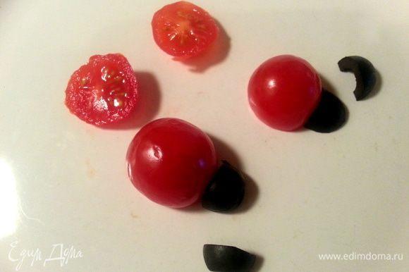 Паучка я вам уже показывала из оливок, сделаем сегодня божьих коровок. От помидорки черри отрежем треть, рядом пристроим четвертинку оливки.