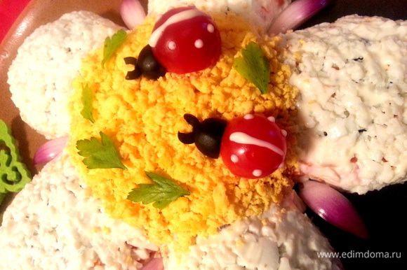 Переносим на цветок,прикрепляем усики из обрезков оливки и выдавливаем из майонеза точки на спинке.