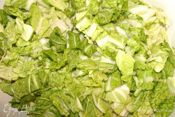 Листья салата порезать.