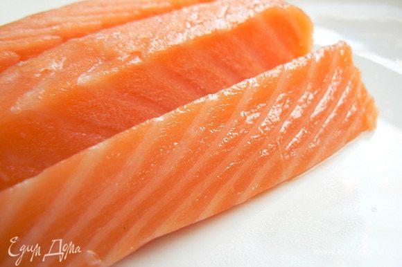 Пока суп варится, режем лосось тонкими полосками или кубиками.