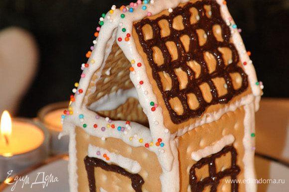 На печенье растопленным шоколадом нарисовать 3 окна, 1 дверь и 2 печенья с черепицей.