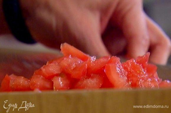 Чашечки помидоров мелко порубить.