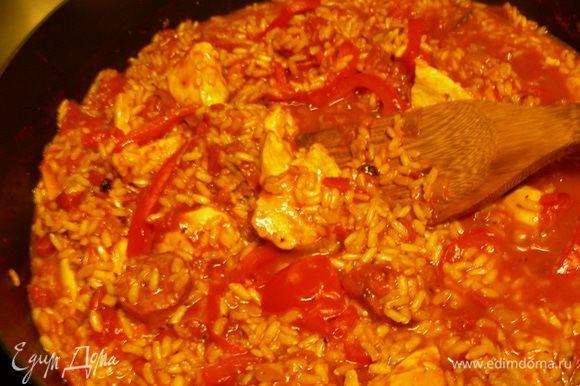 Всыпаем рис, возвращаем курицу в сковороду (у меня коричневый рис, он готовится дольше длиннозернового, поэтому я курицу добавляла попозже). Добавляем помидоры и бульон. Накрываем блюдо крышкой и готовим на небольшом огне минут 25 до мягкости риса.
