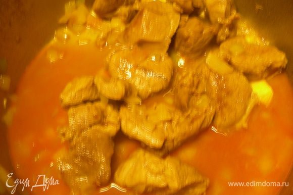 Заливаем мясо горячим бульоном (или водой), доводим до кипения, закрываем как можно плотнее крышкой и томим на минимальном огне 1.5 часа. Это для мяса на кости, в моем случае с филе - 1 час.