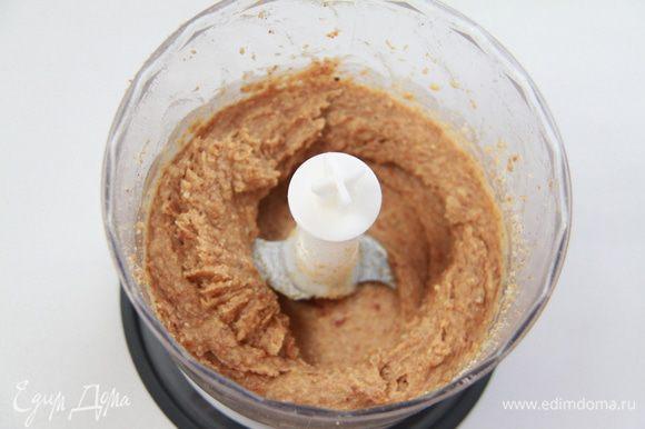 К финикам добавить миндальную смесь, имбирь и вымесить всё в блендере до однородной массы.