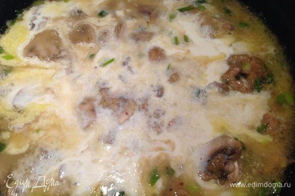 Добавить муку и минуту обжаривать, затем добавить куриный бульон или воду и довести до кипения, добавить сливки и проварить 2-3 минуты.