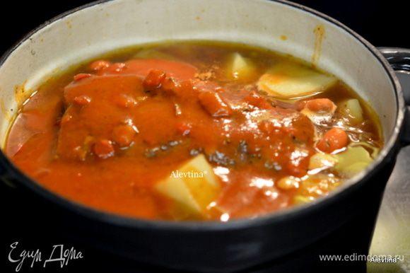 Затем добавим порезанные овощи, томатный соус и тушим еще 1 час или до готовности овощей.
