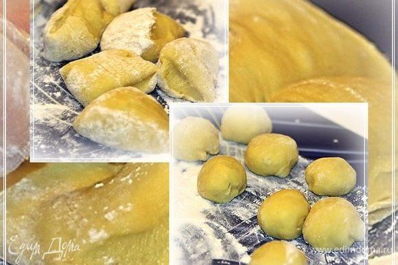 А дальше режем. Сначала на колбаски, потом на кусочки и формуем шарики. Вот такие.