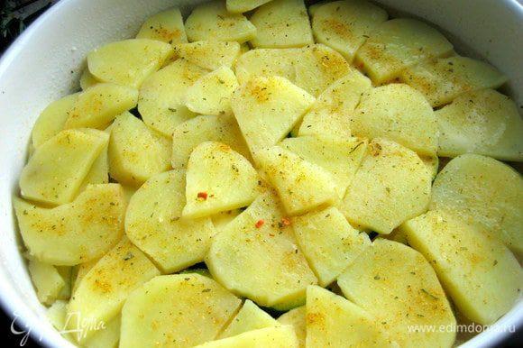 Слой приваренного картофеля, снова приправа.