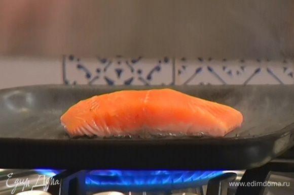 В ту же сковороду выложить семгу кожей вниз и обжарить с двух сторон до готовности.