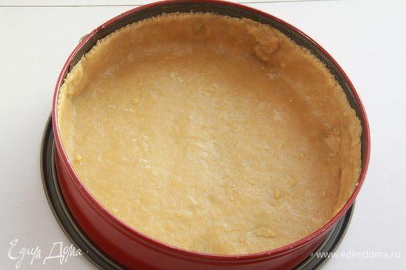 Тесто раскатать, я делаю это через плотную плёнку, затем прямо с плёнкой перенести тесто в форму, прижать по всей поверхности, плёнку убрать, края обрезать с помощью ножа для равиоли. Бортики должны быть достаточно высокими, чтобы поместилась начинка и не вытекла заливка. Выпекать корж при 180*С примерно 15 минут (бобы для выпечки я не клала, тесто не вздувалось).