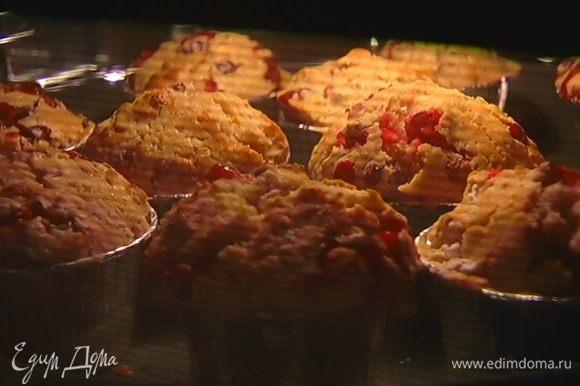 Небольшие формы для маффинов смазать оставшимся оливковым маслом, разложить тесто и выпекать в разогретой духовке 15 минут.