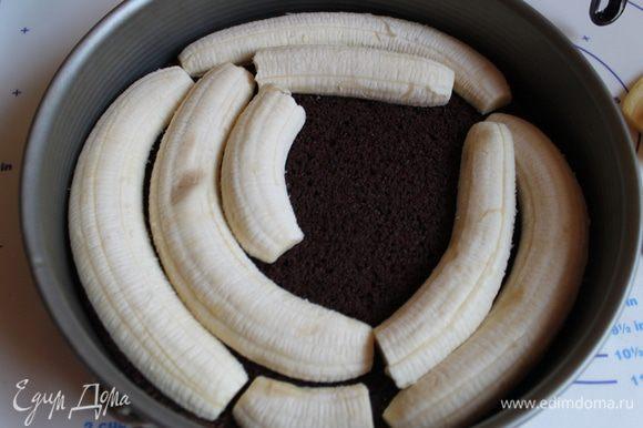 Берем бананы, чистим и режем вдоль. Укладываем их на торт. У меня ушло 4 банана.