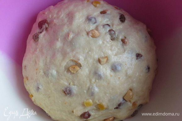 Сформировать шар, накрыть пищевой плёнкой и поставить тесто подходить в тёплое место на 1 час.