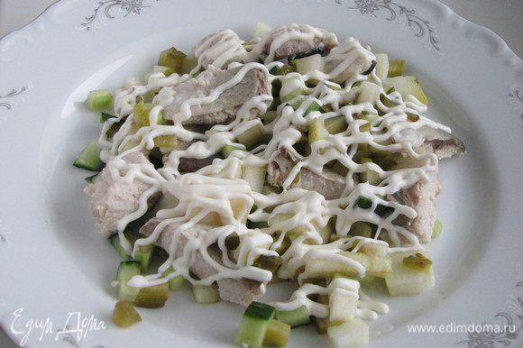 На сервировочное блюдо выложить половину салата, нанести майонезную сетку.