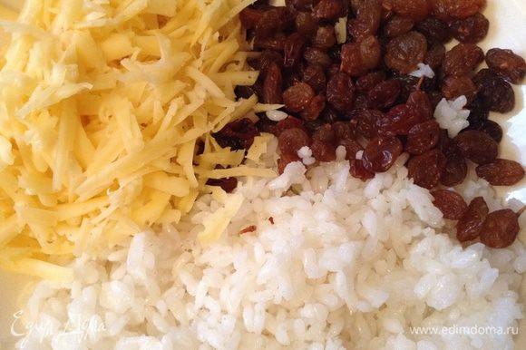 Подготовить начинку - сварить рис до полуготовности, потереть сыр на крупной терке, промыть изюм (не замачивать).