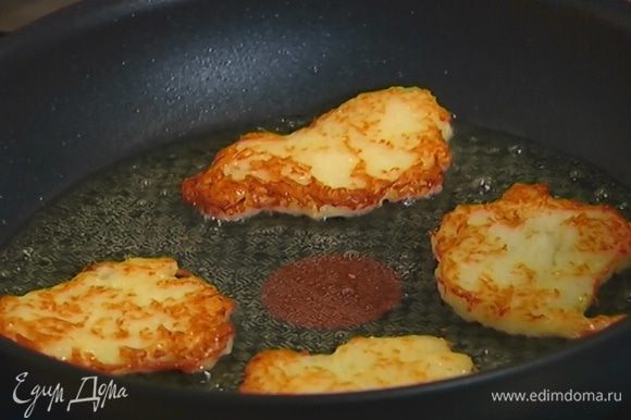 Разогреть в сковороде оливковое масло, выкладывать ложкой овощную массу в виде тонких оладий и обжаривать с двух сторон до золотистой корочки.