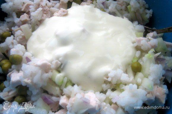 Высыпаем в салат,тзаправляем майонезом. Оставляем немного для верха.