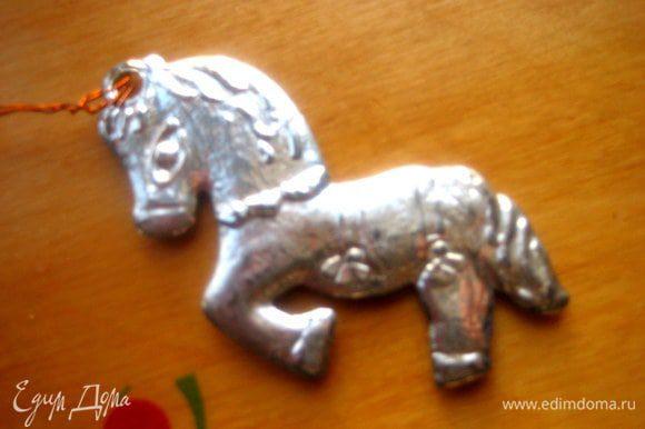 Для образца возьмём лошадку из ёлочных украшений.