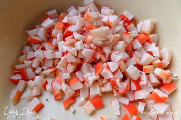 Крабовые палочки разморозить, нарезать мелко..., а можно и замороженные нарезать и они быстрее растают)))