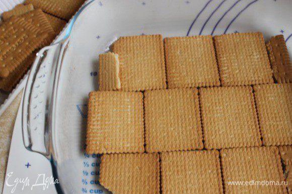 Берем форму, у меня 24 на 24, или 20 на 30. Выкладываем на низ печеньки в один слой.(Наше печенье тонкое, поэтому у меня ушло 200 гр..но вы смотрите по своему..вес может быть разным.)