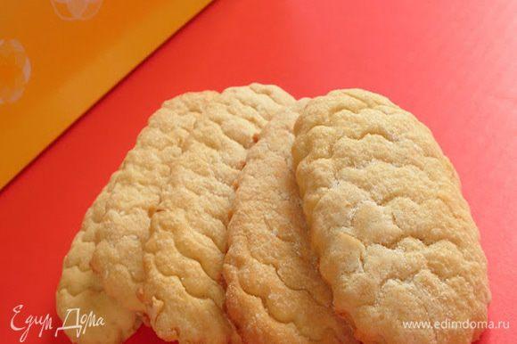 Выложить на лист для выпекания. Верх печенья посыпать сахарной пудрой и краем формочки сделать насечки Выпекать при 175 С - 20 минут.