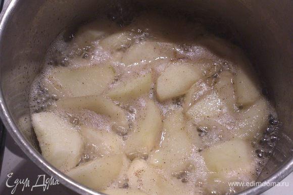 Яблоки очистить, нарезать небольшими дольками. Выложить в кастрюлю, всыпать сахар и влить вино. Добавить ваниль. Я использовала натуральную ваниль с сахаром.