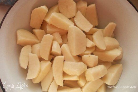 Почистить и порезать картошку на четвертинки. Немного присолить.
