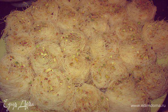 Готовые Катаифи полить сиропом. С помощью кисточки нанести розовую воду. Посыпать молотыми фисташками. Приятного аппетита! Bil hana wal shifa! :)