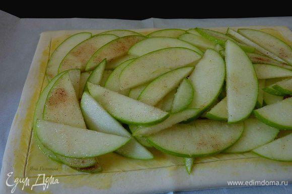 Разложить яблоки не задевая краев, края не смазанные яйцом поднимутся как рамка. Яблоки выкладывать мне больше нравится в хаотичном порядке.