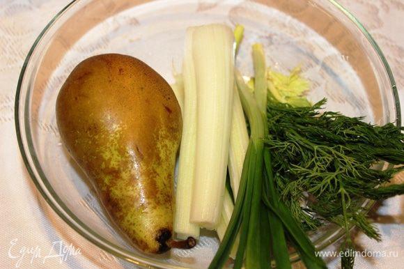 Очистить грушу и вынуть сердцевину, очистить от волокон стебель сельдерея, промыть и обсушить зеленый лук и укроп. Все накрошить и добавить в миску с огурцом.