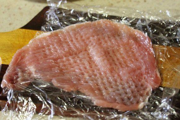 Каждый стейк отбиваем через пищевую пленку, до почти прозрачного состояния. (Самое главное, чтобы стейк был в итоге без дыр.)