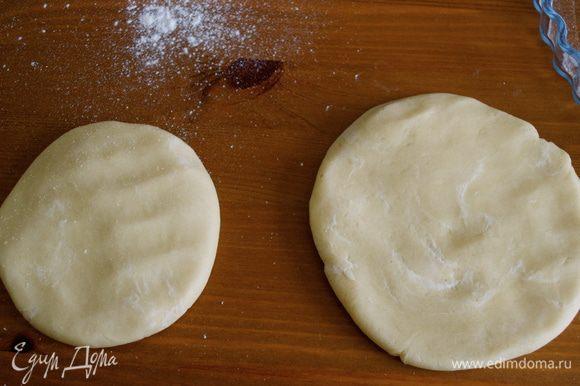 Разделить тесто на две части, одну бОльшего, другую меньшего размера... БОльшую часть теста раскатать и выложить в форму для пирога (22 см). Вторую часть теста можно пока завернуть в пленку и положить в холодильник.