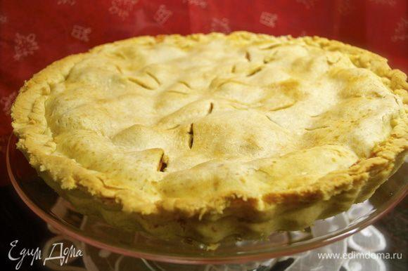Готовый пирог достать из духовки и остудить на решетке. Остывший пирог переложить на сервировочное блюдо.