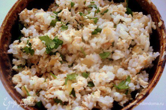 Переложить мясо в блендер и измельчить. К измельченному мясу добавить отваренный рис, мелко порезанную зелень петрушки, посолить и поперчить по вкусу, охладить.