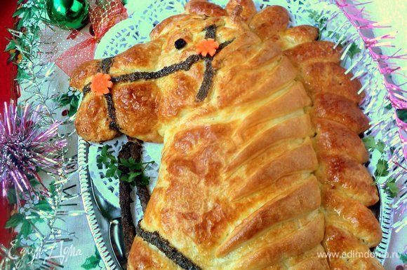 Готовый пирог смазать сливочным маслом. Я еще украсила цветочками из морковки.