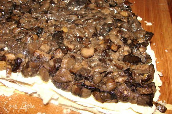 Прямо на тесто выложить грибы.